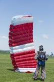 Fallschirmspringer, der die Landung auf einem Gebiet nachläuft Stockbild