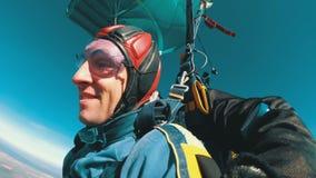 Fallschirmspringer, die in Tandem unter den offenen Fallschirm fliegen Langsame Bewegung stock video