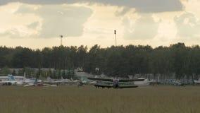 Fallschirmspringer, die zum Flugzeug verschalen stock footage