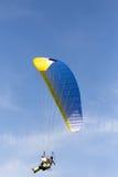 Fallschirmspringer im Himmel Stockbild