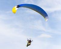 Fallschirmspringer im Himmel Lizenzfreies Stockfoto