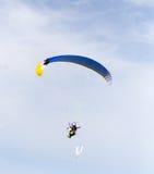 Fallschirmspringer im Himmel Lizenzfreies Stockbild