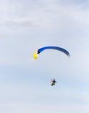 Fallschirmspringer im Himmel Stockfotografie
