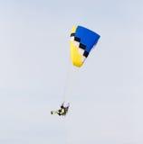 Fallschirmspringer im Himmel Lizenzfreie Stockfotografie