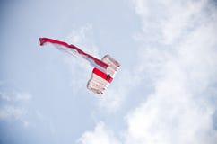 Fallschirmspringer mit polnischer Flagge auf Radom Airshow, Polen Stockbild