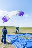 Fallschirmspringer verfehlt durch Landepunkt Lizenzfreie Stockbilder