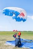 Fallschirmspringerfrau verfehlt durch Landepunkt Stockfoto