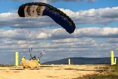 Fallschirmspringerlandung auf dem Sand Stockbild
