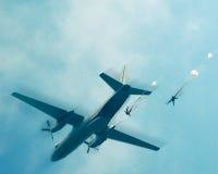 Fallskärmshoppare i himlen royaltyfria foton
