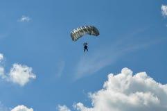 Fallskärmshoppare och himmel Arkivfoton