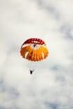 Fallskärmshopparen landade på en bakgrund av den molniga himlen Royaltyfria Foton