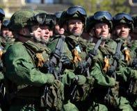 Fallskärmsjägare av 331. bevakar det luftburna regementet i Kostroma på genrepet av ståtar på röd fyrkant i heder av segern Arkivfoto