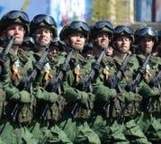 Fallskärmsjägare av 331. bevakar det luftburna regementet i Kostroma på genrepet av ståtar på röd fyrkant i heder av segern Royaltyfri Fotografi