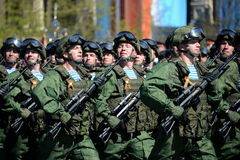 Fallskärmsjägare av 331. bevakar det luftburna regementet i Kostroma på genrepet av ståtar på röd fyrkant i heder av segern Royaltyfria Foton