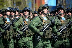 Fallskärmsjägare av 331. bevakar det luftburna regementet i Kostroma på genrepet av ståtar på röd fyrkant i heder av segern Arkivfoton