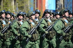 Fallskärmsjägare av 331. bevakar det luftburna regementet i Kostroma på genrepet av ståtar på röd fyrkant i heder av segern Royaltyfri Bild