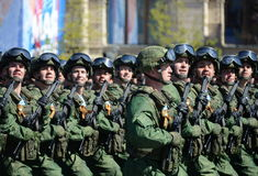 Fallskärmsjägare av 331. bevakar det luftburna regementet i Kostroma på genrepet av ståtar på röd fyrkant i heder av segern Royaltyfri Foto