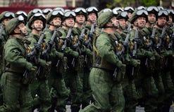 Fallskärmsjägare av de 331. vakterna hoppa fallskärm regementet av Kostroma under genrepet av ståta på röd fyrkant royaltyfri foto