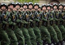 Fallskärmsjägare av de 331. vakterna hoppa fallskärm regementet av Kostroma under genrepet av ståta på röd fyrkant royaltyfri fotografi