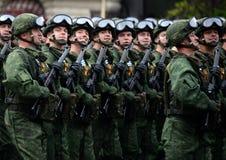 Fallskärmsjägare av de 331. vakterna hoppa fallskärm regementet av Kostroma under genrepet av ståta på röd fyrkant arkivbild