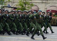 Fallskärmsjägare av de 331. vakterna hoppa fallskärm regementet av Kostroma under genrepet av ståta på röd fyrkant arkivfoton