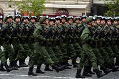 Fallskärmsjägare av de 331. vakterna hoppa fallskärm regementet av Kostroma under genrepet av ståta på röd fyrkant fotografering för bildbyråer