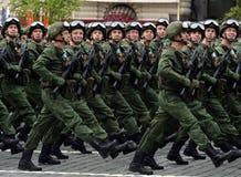 Fallskärmsjägare av de 331. vakterna hoppa fallskärm regementet av Kostroma under genrepet av ståta på röd fyrkant royaltyfria bilder
