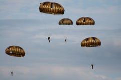 Fallskärmsjägare i lufta Arkivbild