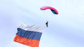 Fallskärmsjägare med flaggan stock video
