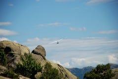 Fallskärmsjägare på himlen Arkivfoto