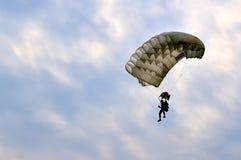 Fallskärmsjägare på landning Royaltyfri Foto