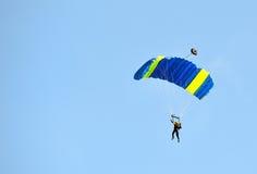 Fallskärmsjägare på landning Arkivbild
