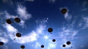 Fallskärmsjägare som stiger ned i himlen stock video
