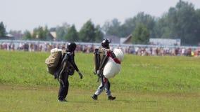 Fallskärmsjägare stöter ihop med fältet stock video