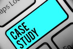 Fallstudie för ordhandstiltext Affärsidéen för att a-ämnesfrågan diskuteras och släkt ämnetangentbordblåtten stämmer Int royaltyfri fotografi
