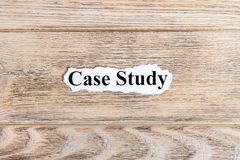 Fallstudietext auf Papier Wort-Fallstudie auf heftigem Papier Figürchen, die auf dem Recht und dem Rest auf einem Lizenzfreie Stockfotos
