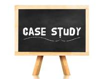 Fallstudiewort und Bleistiftikone auf Tafel mit Gestell und Hinweis Lizenzfreies Stockfoto