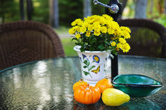 Falltabelle mit Kürbissen und Blumen Stockbild