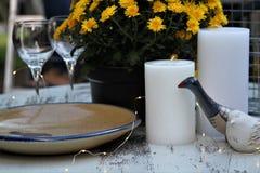 Falltabellenanzeige im Freien mit Kerzen, Keramik, Gläser, Anlage Stockfotografie