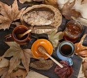Falltassen tee mit Honig über rustikalem hölzernem Hintergrund Lizenzfreies Stockbild