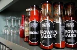 Falmouth, Cornualles, Reino Unido - 12 de abril de 2018: Una selección de salsas de tomate fotos de archivo libres de regalías
