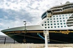 Falmouth Jamaica - Juni 03 2015: Skepp för Disney fantasikryssning som anslutas på den Falmouth kryssningporten i Jamaica Royaltyfri Bild
