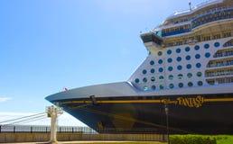 Falmouth Jamaica - Maj 02, 2018: Den Disney för kryssningskeppet fantasin vid den Disney kryssningslinjen anslöt i Falmouth, Jama Royaltyfri Foto