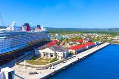 Falmouth Jamaica - Maj 02, 2018: Den Disney för kryssningskeppet fantasin vid den Disney kryssningslinjen anslöt i Falmouth, Jama Arkivbilder