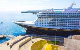Falmouth Jamaica - Maj 02, 2018: Den Disney för kryssningskeppet fantasin vid den Disney kryssningslinjen anslöt i Falmouth, Jama Fotografering för Bildbyråer