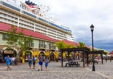 Falmouth Jamaica - Maj 02, 2018: Folket som går på port Royaltyfri Foto