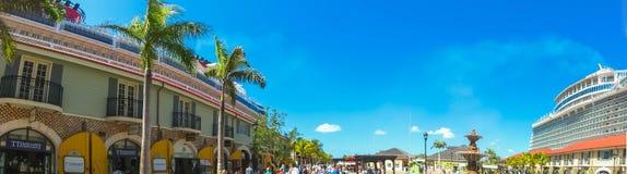 Falmouth Jamaica - Maj 02, 2018: Folket som går på port Arkivbilder