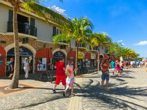 Falmouth Jamaica - Maj 02, 2018: Folket som går på port Royaltyfri Bild