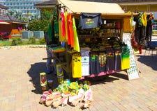 Falmouth Jamaica - Maj 02, 2018: Gatuförsäljare som säljer souvenir till turister Fotografering för Bildbyråer