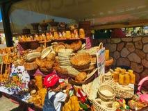 Falmouth Jamaica - Maj 02, 2018: Gatuförsäljare som säljer souvenir till turister Arkivfoto